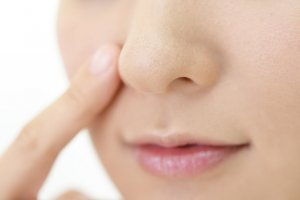 彩色蜜粉餅:修飾毛孔與氣色、提升妝容質感