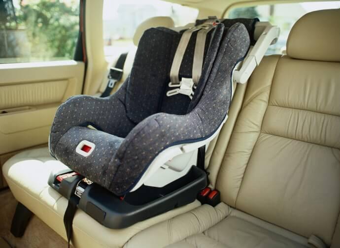 確認與汽車的相容性,特別是安全帶的適用樣式