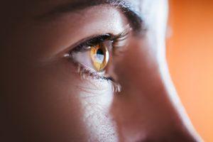 保護眼球的脂肪凸出,形成惱人的眼袋